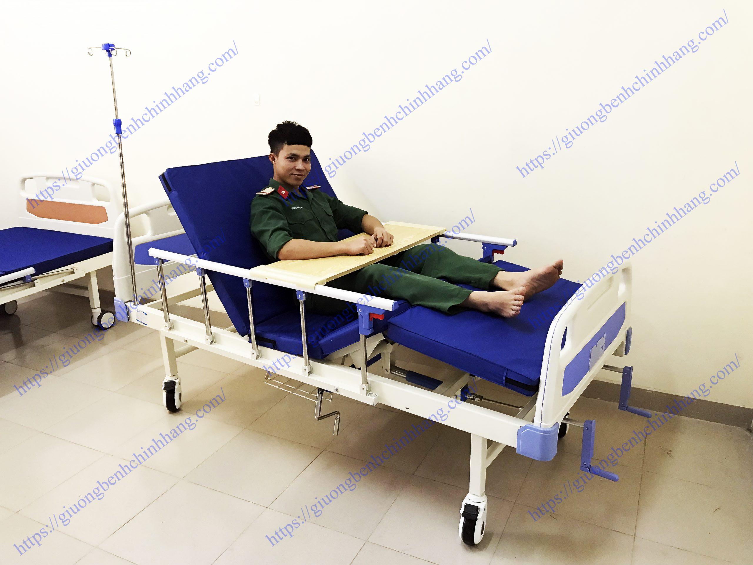 giường bệnh nhân 2 tay quay 8 chức năng
